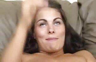 آمریکای لاتین زیبایی به نظر می رسد در صفحه نمایش با لذت, نشان می دهد, داغ, دختر تحسین فیلم کامل خارجی سکسی هیجان و احساس می کند که او pees بین پاهای او را و حتی یک سگ با یک چسبیده گربه نهفته است در کنار او